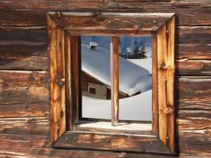 Schihütte in den verschneiten Alpen